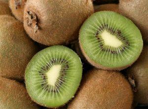 Zbog velike količine vitamina C, kivi štiti od bolesti, pospješuje ozdravljenje i suzbija infekcije.