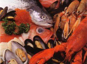 Najbolji su prirodni izvori cinka školjke, potom mahunarke (leća, grah), brazilski orasi, kikiriki, orasi, bademi i meso (uključujući i crveno meso i perad, a osobito govedinu, puretinu i iznutrice) te ribe i drugi plodovi mora, rakovi i tuna.
