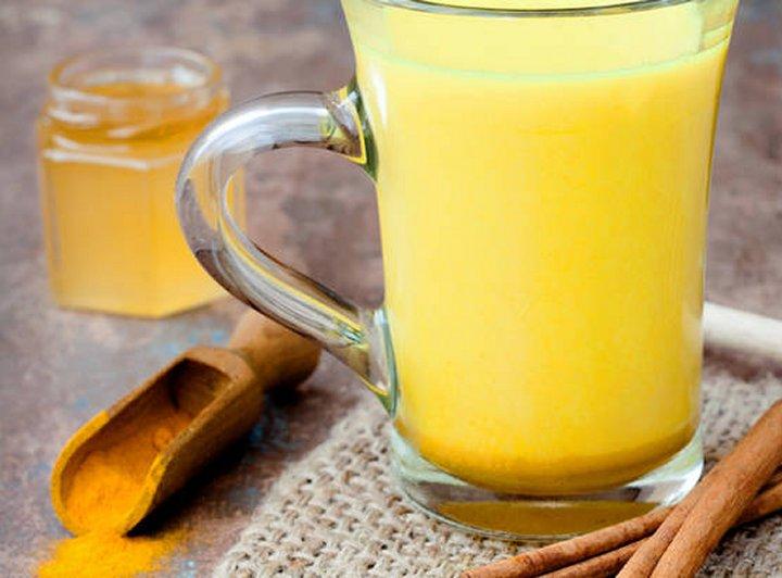 Zlatno mlijeko spoj je kurkume,kokosova ulja, cimeta, đumbira i meda u mlijeku.